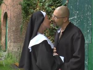 Her mit der Nonne!