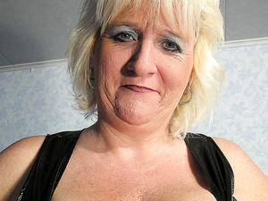 This hot mature mama gets dripping wet from her toy