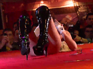 flexi babe shows all on public stage