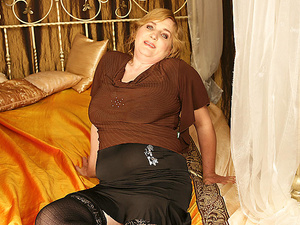 Hot Melinde loves fisting mature Marya