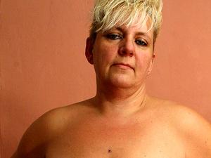 Blonde mature Nicole getting soaking wet