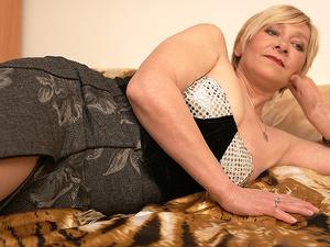 Mature Eranka loves to masturbate on her bed