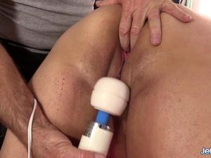 BBW Moon Baby gets masturbated well